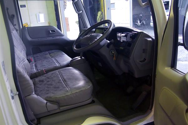 トラック運転席